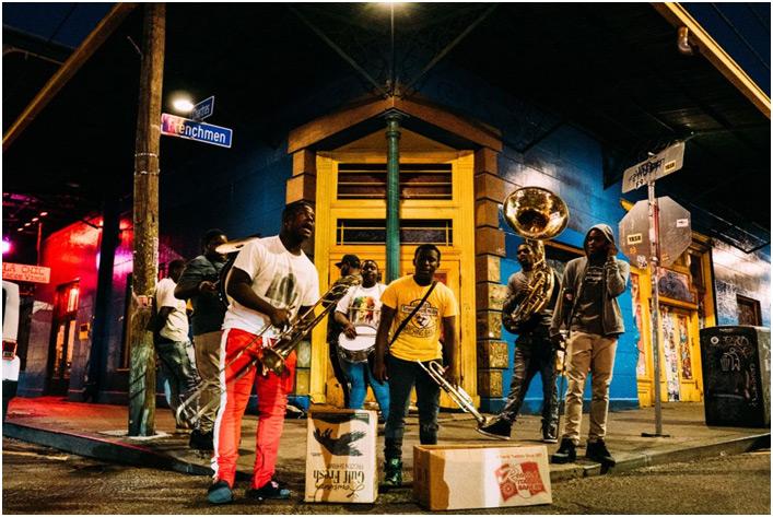 Ljudi sviraju dzez na ulici