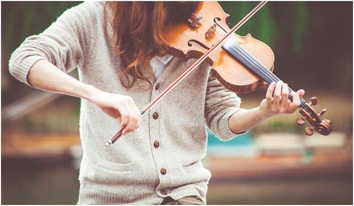 Devojka svira violinu